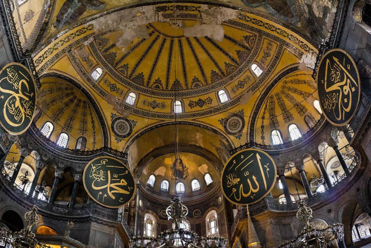 Interior kaligrafi Hagia Sophia Istanbul Turki