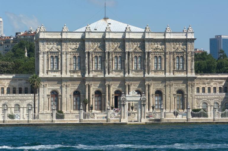 istana Dolmabahce dari bosphorus turki