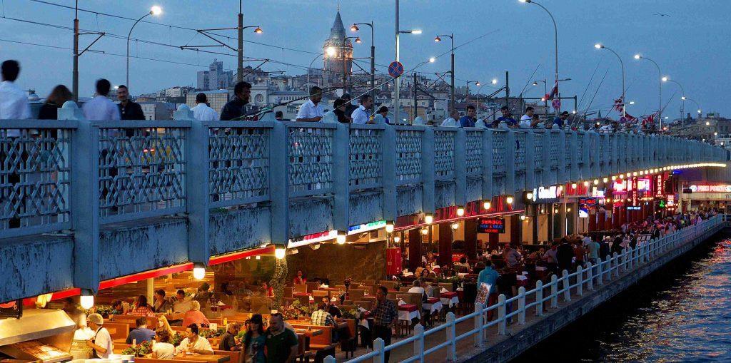 Galata Bridge Jembatan di Istanbul Turki