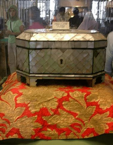 Kotak yang konon berisi guntingan rambut Rasulullah SAW