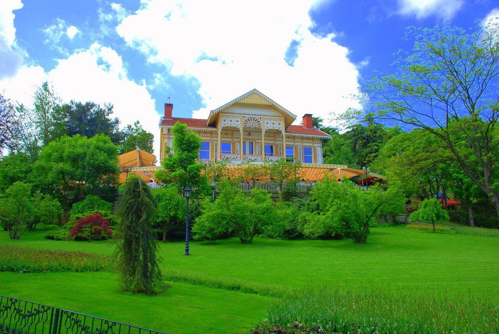 Yellow Pavilion (Paviliun Kuning)