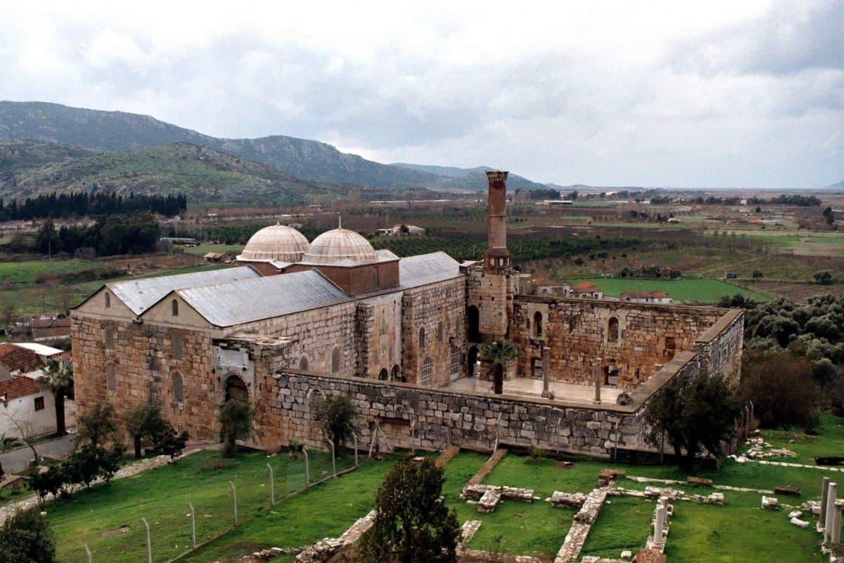 Masjid Isa Bey Turki, Masjid Dua Kubah Diantara Kuil Dan Gereja