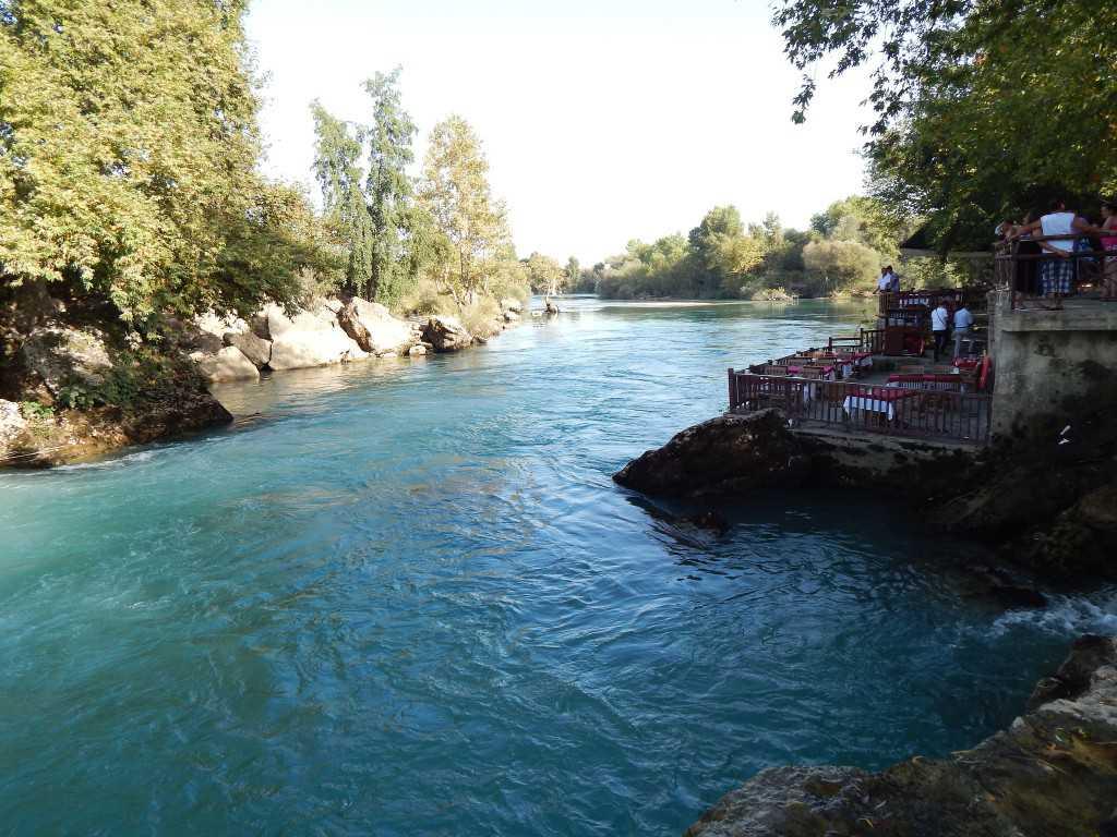 Wisatawan Menikmati Keindahan Sungai Manavgat
