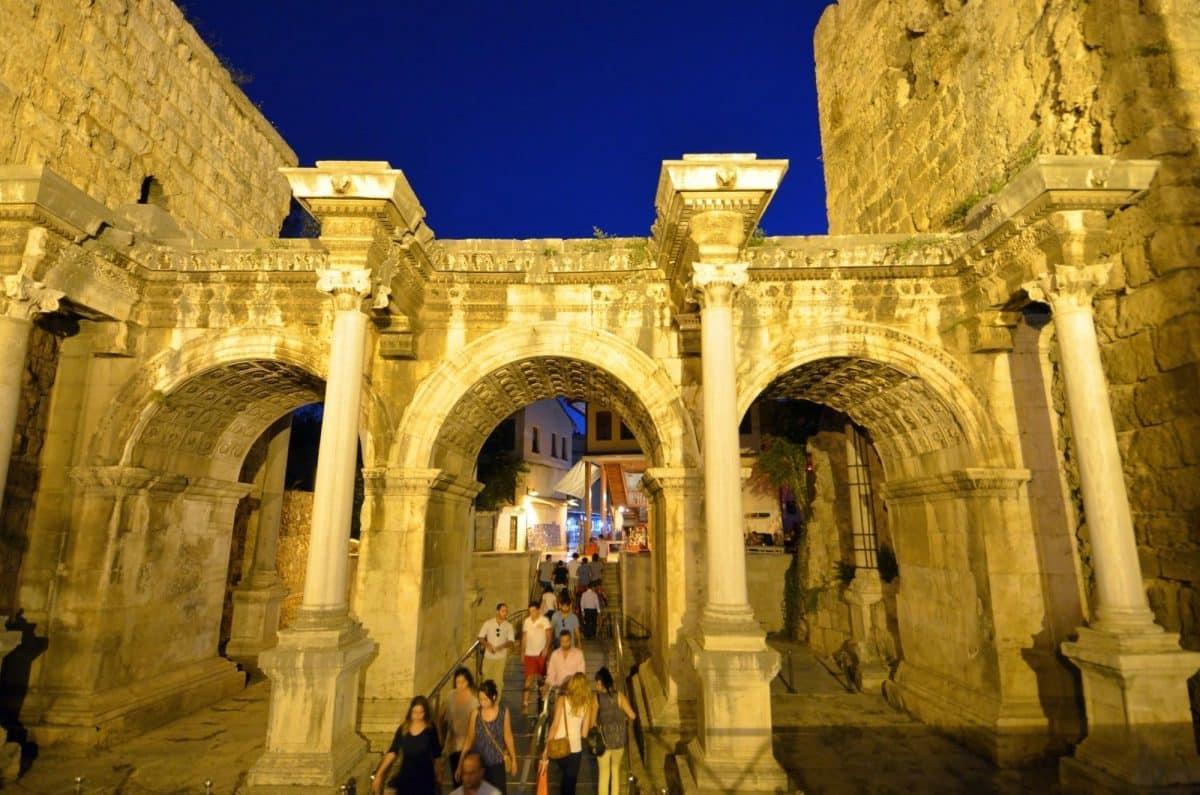 Pengunjung Melewati Gerbang Hadrian