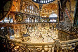 Interior lampu Hagia Sophia Istanbul Turki