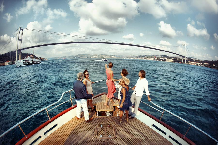 naik kapal di selat bosporus